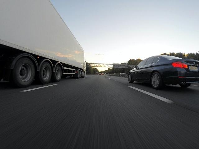 Un camion et une voiture