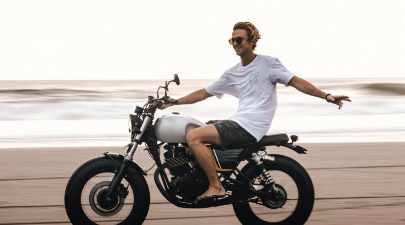 Un homme sur son moto