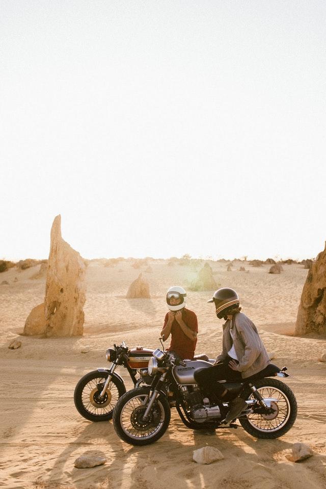 Deux hommes sur leur moto